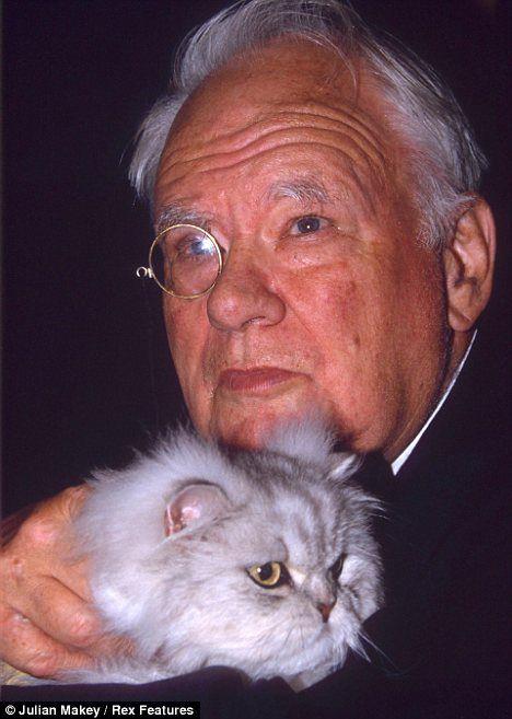 यह नाइट एक बिल्ली लड़का है: श्रीमान पैट्रिक मूर से मिलें